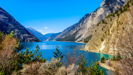 The clean green water of Seton Lake on the foot of Mount McLean near Lillooet. Seton Lake is located along Highway 99, the Duffey Lake Road, between Pemberton and Lillooet in southern British Columbia Stockfoto