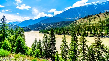 Rugged Mountains along the Fraser River and the Lytton-Lillooet Highway where Highway 12 follows the river for a very scenic drive on the east bank of the Fraser River in British Columbia, Canada 版權商用圖片 - 127033247