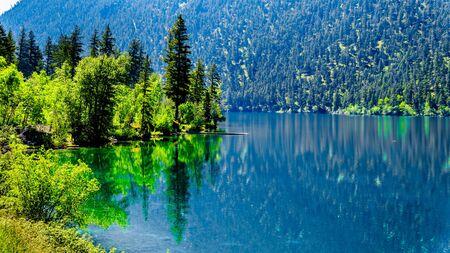 Las aguas cristalinas del lago Pavilion en el Parque Provincial Marble Canyon, Columbia Británica. El lago tiene fama internacional debido a los microbialitos de agua dulce.