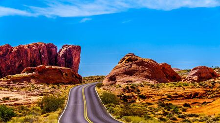 The White Dome Road winding through the Red sandstone rock formations in the Valley of Fire State Park in Nevada, USA Imagens
