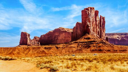 Camel Butte, a massive Red Sandstone Formation in Monument Valley, a Navajo Tribal Park on the border of Utah and Arizona, United States 免版税图像