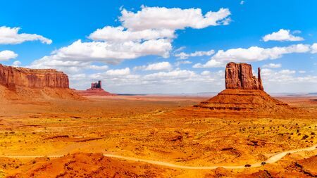 Large Red Sandstone Formations of Sentinel Mesa, Stagecoach Butte and West Mitten Buttes in Monument Valley on the Utah-Arizona border, USA 免版税图像