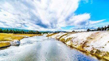Firehole River in the Upper Geyser Basin along the Continental Divide Trail in Yellowstone National Park, Wyoming, United States Standard-Bild