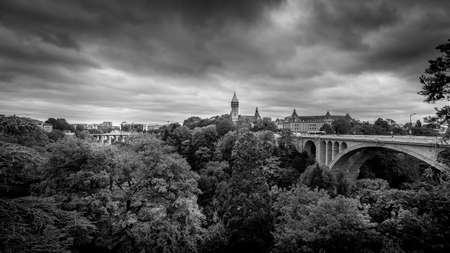 Black and White Photo of the Luxemburgo-Passerelle, Pont Adolphe (Adolphe Bridge) and Vall de la Ptrusse (Petrusse Park) in the city of Luxumbourg Stok Fotoğraf