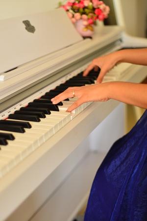 tocando piano: tocando el piano