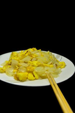 huevos revueltos: Cebollas huevos revueltos, almuerzo y cena Foto de archivo