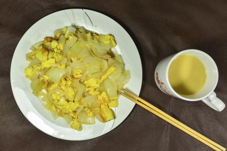 plato del buen comer: huevos revueltos cebolla