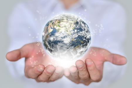 mundo manos: hombre de negocios que sostiene el globo