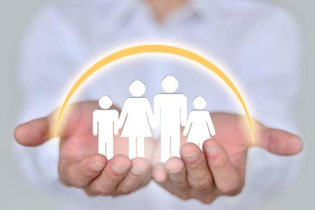 クローズ アップ 2 手 4 人家族を保持している人々、家族、慈善団体、看護の概念、