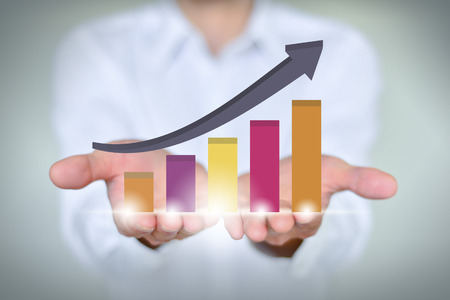 Ein Geschäftsmann hält das Wirtschaftswachstum Chart