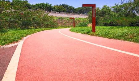 Under the blue sky, the runway in the outdoor park. 版權商用圖片