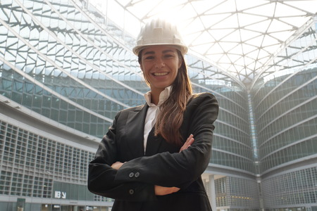 ritratto di un ingegnere femminile che guarda l'obbiettivo e guardando la fotocamera. Concetto di: design, ingegneria, lavoro, affari.