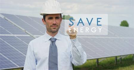 """Ein futuristischer technischer Experte für Photovoltaik-Module wählt die Funktion """"Grüne Lösung"""" mit reiner erneuerbarer Energie. Das Konzept der Remote-Support-Technologie, Ökologie und Fernbedienung"""