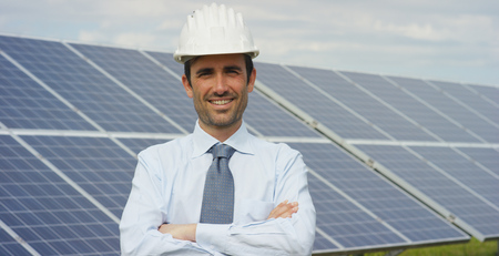 A technical portrait expert in solar photovoltaic panels, remote control performs routine actions for system monitoring using pure renewable energy. The concept of remote support technology, ecology. Stockfoto - 113737613