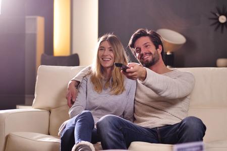 Een paar geliefden die samen televisie kijken. Begrip: vrije tijd, ontspannen, tv.