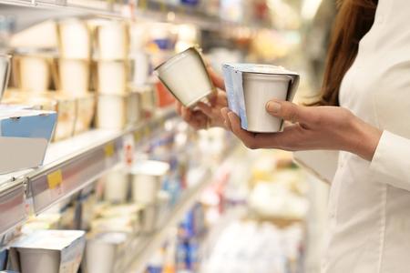 Eine schöne Frau, kauft für das Haus ein und kauft Produkte zum Essen. Konzept von: Einkaufen, Familie und Zuhause Standard-Bild