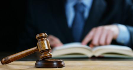 Szene von Anwälten oder Notaren mit Hammerrichter für die Versicherungsentschädigungen. Rechtsbegriff und Rechtsanwälte, Justiz und Legislative angewendet auf das demokratische Recht.
