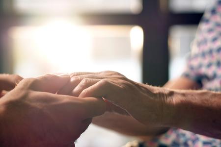 joven ayuda a su abuela a levantar el concepto de ayuda para ancianos y ayuda para la jubilación. ayuda a las personas necesitadas Foto de archivo