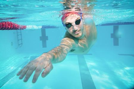 Ein professioneller Schwimmer trainiert mit einem Pool und einem Freestyle-Pool. Konzept von: Sport, Schwimmbad, Wettkampf, Fitness. Standard-Bild