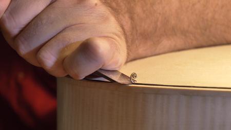 Le maître violoniste professionnel fabrique un violon de ses propres mains, épicéa, pin, lunettes, rabots, cordes d'air. Concept : instrument spirituel, mains faites, art, musique, mélodie, son