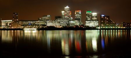 wharf: Night view of new business center of London, Canary Wharf.
