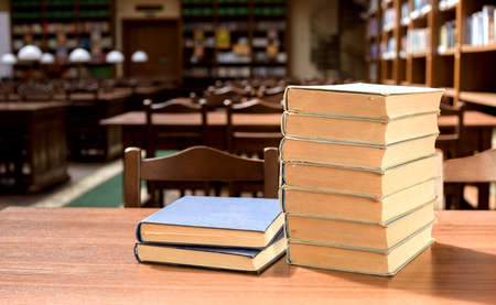 piles of books in library hall (Shallow depth of field) Foto de archivo