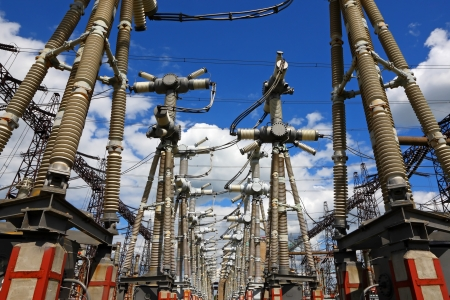 Elektrisch onderstation in een heldere zonnige dag