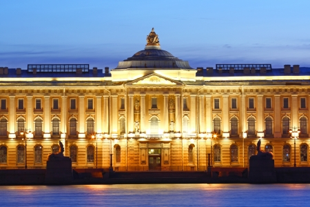 Gebouw van Academie van Beeldende Kunsten in Sint-Petersburg Redactioneel