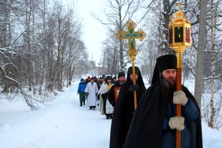 sotana: Procesi�n religiosa en una fiesta cristiana de la Epifan�a en Antoniyevo-Dymsky monasterio, la regi�n de Leningrado, cerca de San Petersburgo, Rusia - 19 de enero de 2013. Editorial