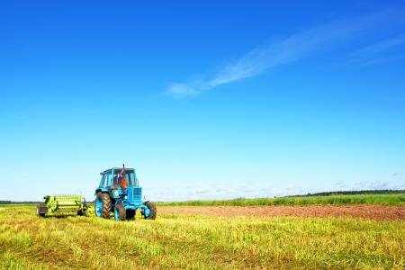 Trekker op een landbouwer veld
