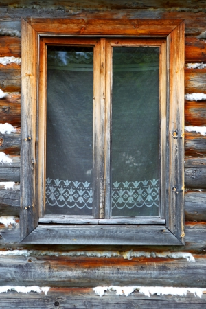 Het gesloten venster van het oude houten huis