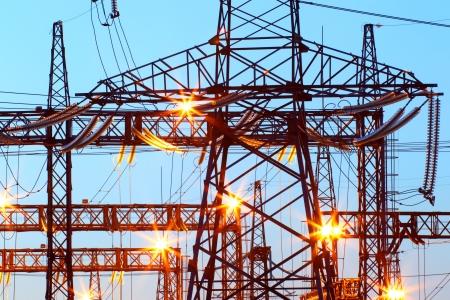Elektrische onderstation in nachtverlichting
