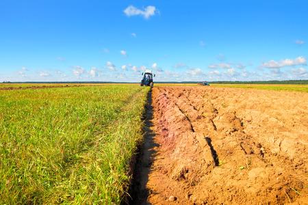 Tractor op een boer veld