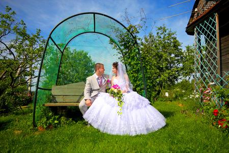 Jonggehuwden verliefd op de huwelijksdag Stockfoto