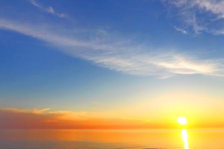 Gouden hemel achtergrond van de zonsondergang