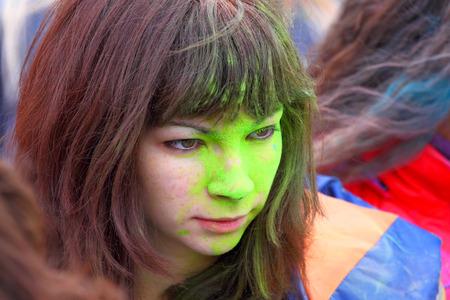 Gatchina, Leningrad regio, Rusland-29 september 2013: Een portret van het jonge meisje met verf op een gezicht in Gatchina, de regio Leningrad, Rusland, 29 september 2013. Festival van verven. Redactioneel