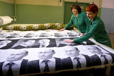 Vyritsa, Leningrad regio, Rusland-14 februari 2012: Productie van wever  Redactioneel