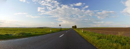 cielos abiertos: Panorama de la carretera de asfalto en un hermoso d�a soleado de oto�o