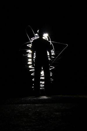 Silhouette eines Mannes mit ein strahlendes Licht im Hintergrund Lizenzfreie Bilder