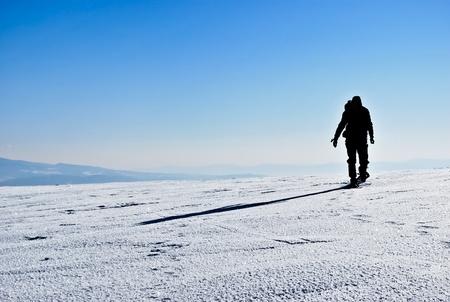 Silhouette und Schatten der Wanderer auf schneebedeckten Bergrücken ausgeführt
