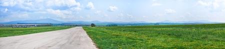 Asphalt-Straße durchquert die Frühlingswiese