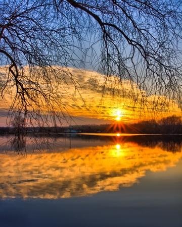 Mooie avond sky reflectie op het meer
