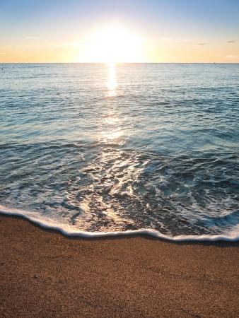 paisaje mediterraneo: mar onda con la puesta de sol sobre el mar