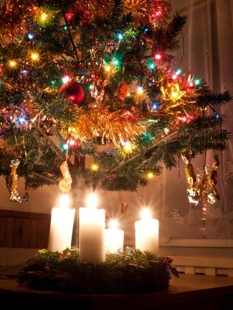 corona de adviento: hermosa corona de Adviento en el �rbol de Navidad Foto de archivo