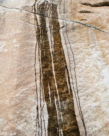 Große braune Rock mit Spuren von fließendem Wasser