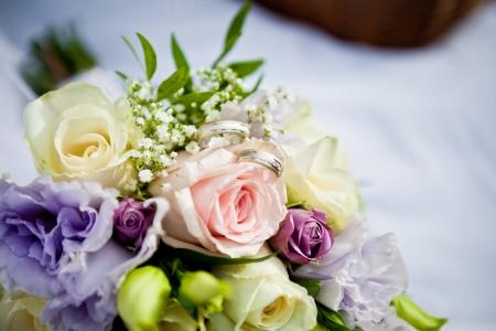 Schöne bunte Hochzeit Bouquet mit einem Paar von Ringen Lizenzfreie Bilder