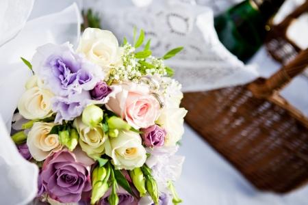 arreglo floral: Cerrar la vista de un hermoso ramo de flores con los anillos y cesta de picnic