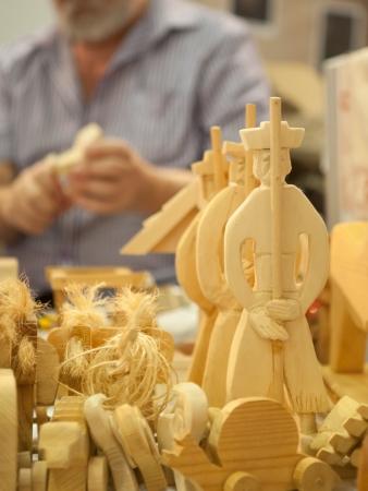 schnitzer: Art der Schnitzerei in Holz mit einer Carver arbeitet auf dem Hintergrund Lizenzfreie Bilder