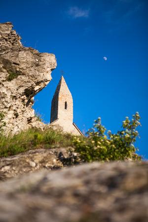 double cross: Vecchia torre della chiesa di mattoni con scenario naturale