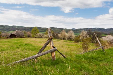 Verlassenes Landhaus und gebrochener Holzzaun Lizenzfreie Bilder